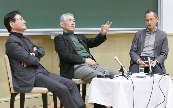 座談会で討論する(右から)京都大学iPS細胞研究所の山中伸弥所長、京都大学の本庶佑特別教授、湊長博副学長(27日午後、京都市左京区)