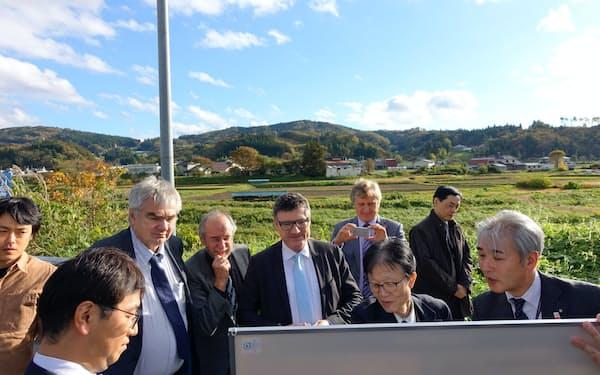 欧州側の調整役とされるドイツ連邦議会議員らが建設予定地を訪れた(10月、岩手県一関市)