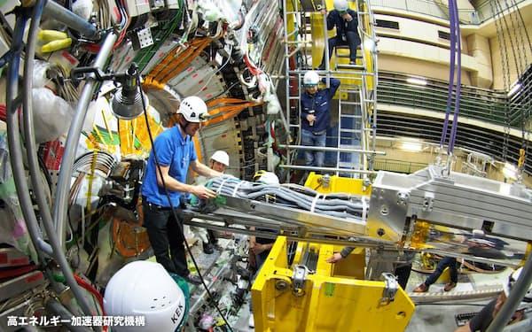 スーパーKEKBで未知の素粒子を探索する(高エネルギー加速器研究機構提供)