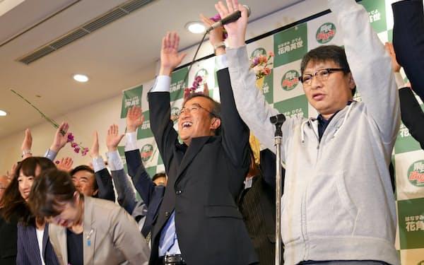 知事選で初当選した花角英世氏(中央、6月)