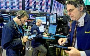 27日、相場の乱高下にトレーダーも振り回された(ニューヨーク証券取引所)=ロイター