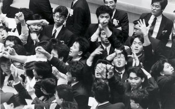 東京証券取引所の場立ち。日経平均が4万円に迫る(1989年)