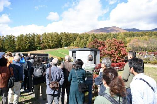 小諸市が開いた合葬式墓地の見学ツアーには首都圏などから49人が参加した
