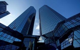 株価が下落する欧州銀行の中で最大の注目対象となっているドイツ銀行=ロイター