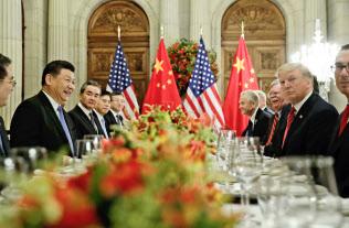 米中の駆け引きは続く(18年12月1日の米中首脳会談)=AP