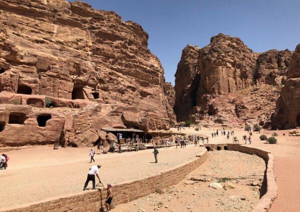 岩山に彫り込まれた遺跡と古代の水路