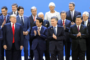 G20首脳会合の記念撮影に臨む(前列左から)米国のトランプ大統領、安倍首相、アルゼンチンのマクリ大統領、中国の習近平国家主席ら(11月30日、ブエノスアイレス)=共同