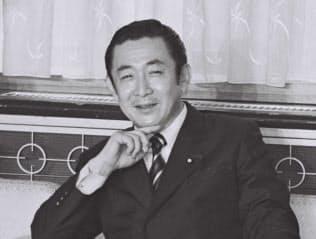消費税の5%引き上げを決めた閣議に臨む橋本首相(1996年6月25日)