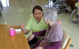 外国人が介護現場を支える姿も目立ってきた(福岡県朝倉市の介護老人保健施設「ラ・パス」)