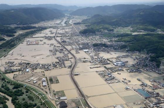 豪雨で川が氾濫し、一帯が冠水した岡山県倉敷市真備町(7月)