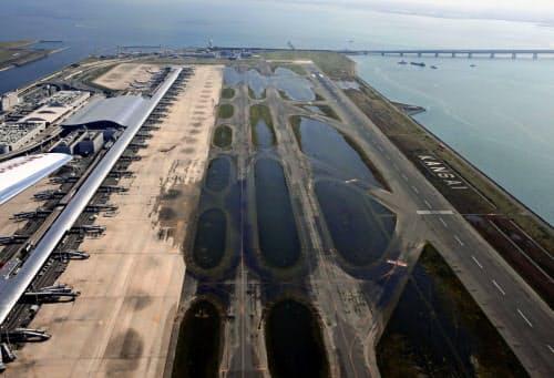 台風21号の影響による高潮で浸水し、誘導路などに水が残る関西空港(9月)=共同