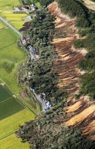 地震による土砂崩れで複数の住宅がのみ込まれた現場(9月、北海道厚真町)=共同