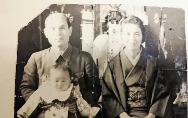 生後7カ月。父・紫朗、母・さちと(1944年5月)