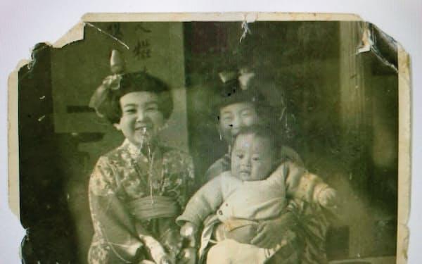 生後4カ月。筆者をだっこしているのが下村満子さん(1944年2月)