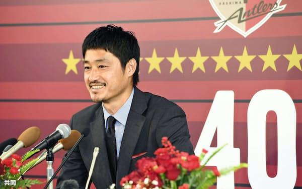 記者会見する鹿島・小笠原(28日、カシマスタジアム)=共同