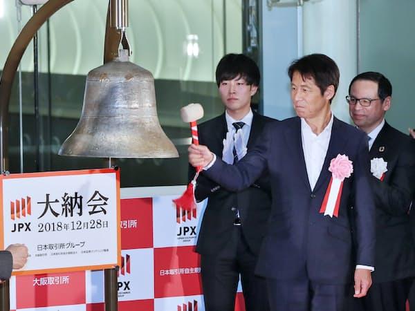 東証の大納会で打鐘するサッカー男子日本代表の西野朗前監督(右から2人目)=28日午後、東証
