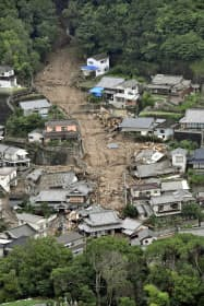 西日本豪雨で土砂が流れ込んだ広島県呉市の住宅地(7月)=共同