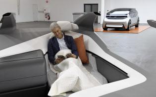 ボルボ・カーが開発する完全自動運転ではゆったり横になりながら移動できる(コンセプト車「360c」、手前はカットモデル)