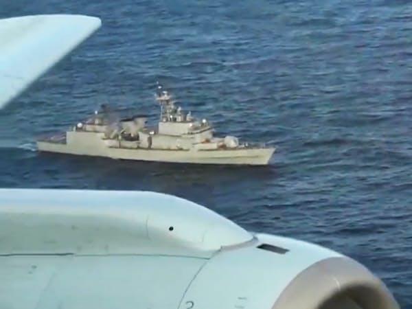 防衛省が公開した海上自衛隊機(手前)へ火器管制レーダーを照射した韓国海軍艦艇の映像=防衛省提供