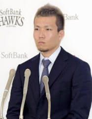 契約更改交渉を終え、記者会見するソフトバンク・千賀(28日、ヤフオクドーム)=共同