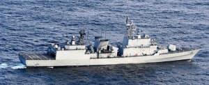 海上自衛隊の哨戒機に火器管制レーダーを照射した韓国海軍の駆逐艦(20日、石川県能登半島沖)=防衛省提供