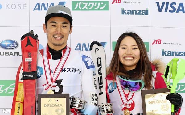 優勝し表彰式で笑顔を見せる男子回転の湯浅直樹(左)と女子回転の向川桜子(28日、阿寒湖畔)=共同
