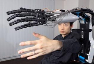 粕谷CEOの腕の動きをロボットアームが忠実に再現する(東京・新宿)