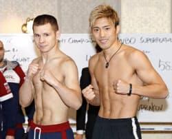計量をパスし、ポーズをとるエフゲニー・チュプラコフ(左)と伊藤雅雪(29日、東京都内のホテル)=共同