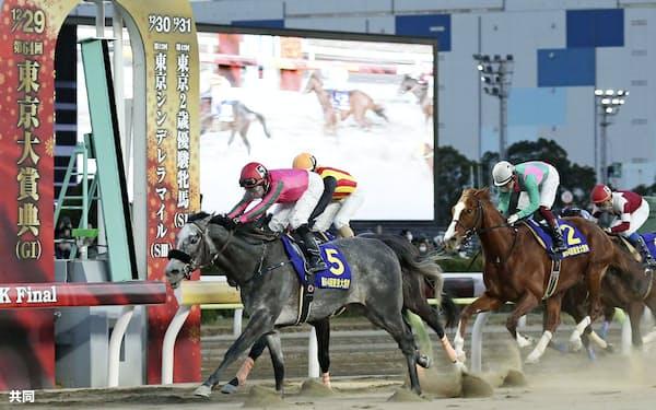 東京大賞典で優勝したオメガパフューム=5(29日、大井競馬場)=共同