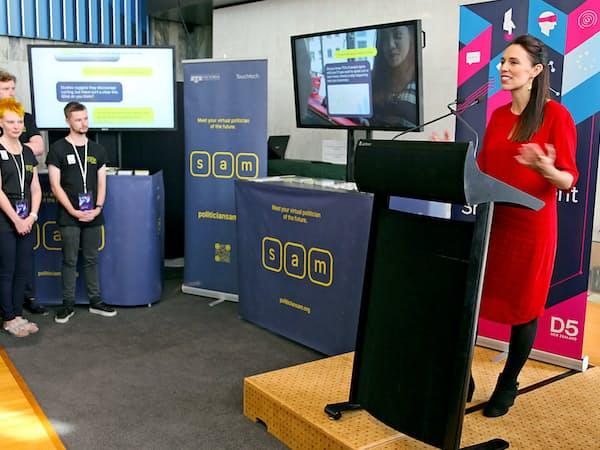 アーダーン首相(右)はAI政治家「SAM」とチャットで対談した(ニュージーランド・ウェリントン)