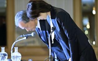 記者会見で謝罪する東京医科大の林由起子学長(右)(11月7日、東京都新宿区)