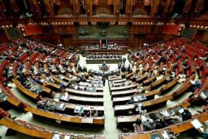 民主党など野党の反発も強かった(イタリア下院議会)=ロイター