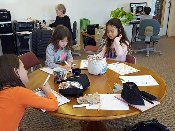 カリキュラムや試験はなく、自分の興味のあることに打ち込む(米マサチューセッツ州のメイコンバー・センター)