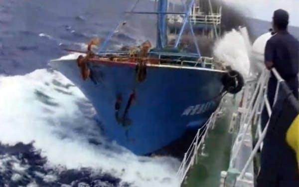 尖閣諸島沖で日本の巡視艇に衝突する中国漁船(動画投稿サイト「ユーチューブ」からの画像)