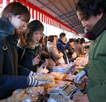 正月の食材などを買い求める人たちでにぎわう築地場外市場(30日、東京都中央区)
