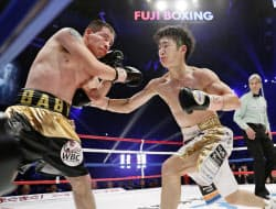 6回、サウル・フアレス(左)を攻める拳四朗(30日、大田区総合体育館)=共同