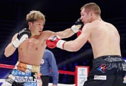 3回、エフゲニー・チュプラコフ(右)を攻める伊藤雅雪(30日、大田区総合体育館)=共同