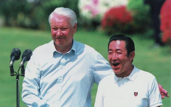 各国記者の質問に答えた後、にこやかに握手するエリツィン大統領(左)と橋本首相(1998年4月19日、静岡県伊東市)