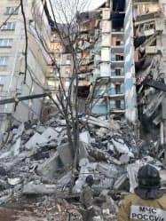 爆発が起きて崩れ落ちた高層アパート(31日、ロシア南部チェリャビンスク州マグニトゴルスク)=タス共同