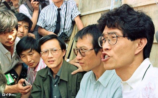 天安門広場で仲間と記者会見する周舵氏(右から3人目、1989年6月)=ロイター
