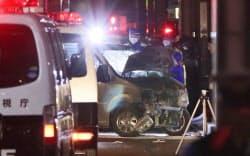 竹下通りで歩行者をはね大破した車を調べる警視庁の捜査員(1日未明、東京都渋谷区)