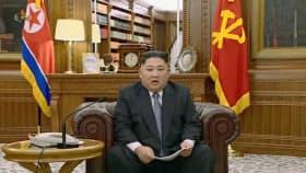 1日、朝鮮中央テレビが放映した、「新年の辞」を発表する北朝鮮の金正恩朝鮮労働党委員長=共同