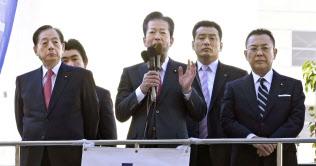 街頭演説する公明党の山口代表(中央)(2日午前、東京・新宿)=共同
