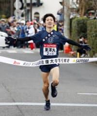 2年連続7度目の往路優勝を果たし、ゴールする東洋大の田中龍誠(2日、神奈川県箱根町)=共同