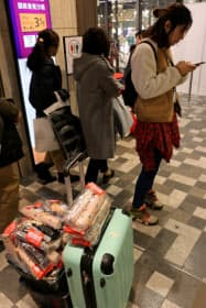 訪日客が傘を20本以上購入する「爆買い」もみられた(2日、大阪市阿倍野区のあべのハルカス近鉄本店)