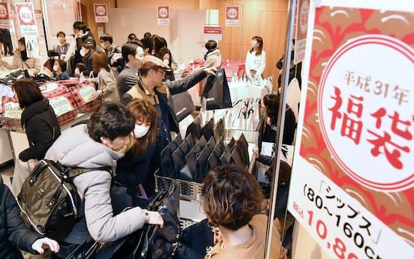 初売りで福袋を買い求める人たち(2日、大阪市北区の阪急うめだ本店)