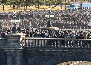 新年の一般参賀に向かう大勢の人たち(2日、皇居)