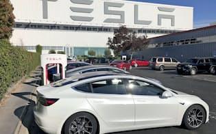 テスラはエコカー減税の縮小を受けて米国で全3車種を値下げした(米カリフォルニア州の同社工場)