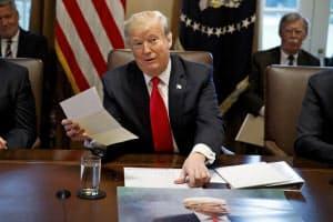 2日、ホワイトハウスで、北朝鮮の金正恩委員長から届いたという書簡を手にするトランプ米大統領=AP