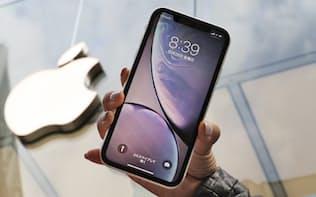 アップルは売り上げ全体の約6割を占めるスマホ「iPhone」が振るわなかった(写真は最新型のXR)
